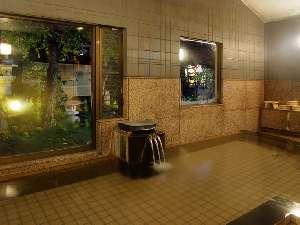 【女性浴場】シャワーヘッド4つ。小規模な浴場。名水を沸かした鉱泉。保湿・保温効果あり!!