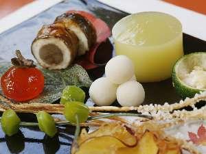 秋のお料理(口取)は旬の素材を彩りよく盛り付け、季節感を出しています。