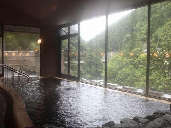 2種類のお泉質が楽しめる内風呂。川沿いなので季節の景色が美しいですよ