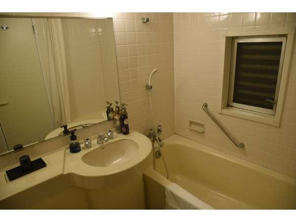 【シーサイドツイン】ホテル内で唯一未改装のバスルーム