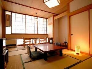 和室10畳バストイレ付。シンプルな造りの客室(一例)
