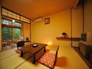 10畳のトイレ付き和室。こじんまりとした造りだが、窓を開けると気持ちよい風が入る