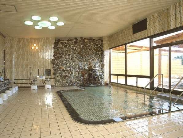 あったかい天然温泉の大浴場にゆっくりお入りいただき疲れを癒して下さいませ
