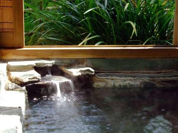 お庭に面しているため、緑がとても近い客室露天風呂