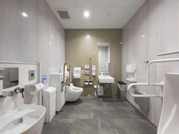 ユニバーサルトイレは車椅子の使用者、高齢者、介助者などもはいることの出来る十分な広さです。
