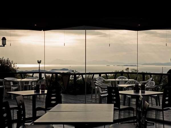 雨上がりには、こんな光の路を眺めながらのブッフェもお楽しみいただけます!(座席指定なし)