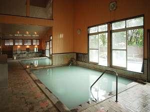 【露天風呂 水沢温泉 】深さ1mの露天風呂。乳白色の温泉で肩までどっぷりと