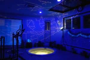 ブラックライトとプラネタリウムで幻想的な雰囲気が人気。29㎡の広さを貸切無料でご利用できます。