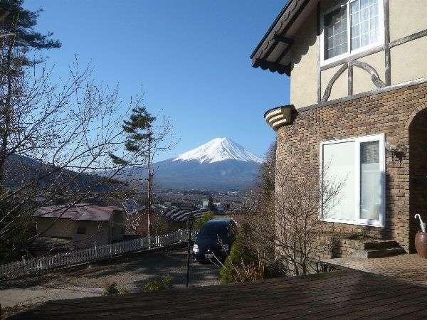 建物正面に富士山と湖を望む玄関横の『富士山デッキ』からの景色