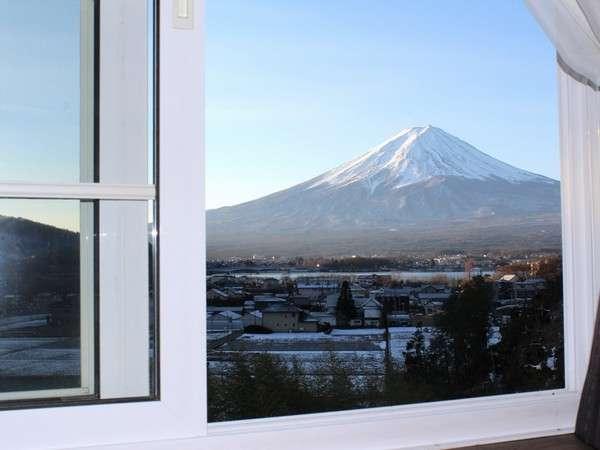 2階にある禁煙のデラックス和洋室の窓からは、雄大な富士山と河口湖が眺められます♪