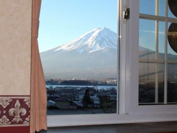 東南の角部屋で日当たりのよい禁煙デラックス・ダブルルームの窓からも富士山が一望出来ます♪