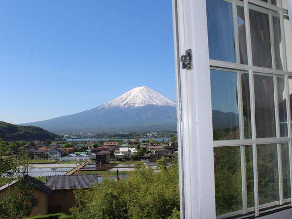 【富士山眺望】禁煙のツインルームからは雄大な「富士山」と「河口湖」が眺められます!