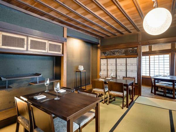 GEISHO棟の2階に位置した、ダイニングにて夕朝食をご用意しております。