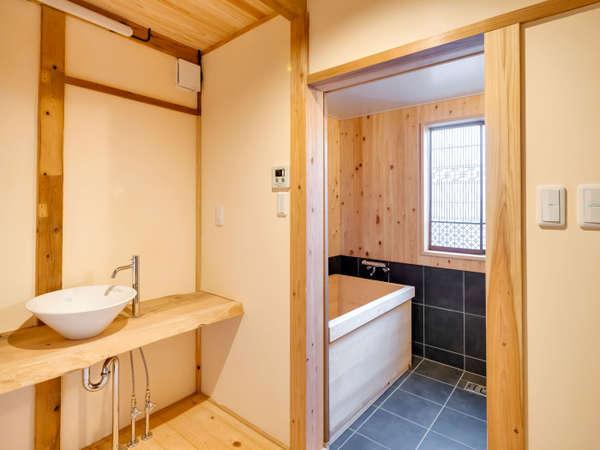 木の優しい香りに包まれ、檜風呂ならではのバスタイムを※一部客室はシステムバスです。