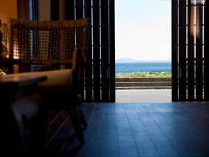 エントランスラウンジには玄関の向こうの海から心地良い風が運ばれ寛いで過ごせる
