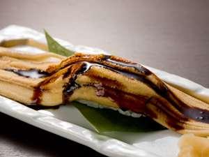 「宿名物穴子の一本寿司」贅沢なボリュームとふわふわの食感。この一品だけでも幸せの声多し。