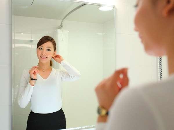 広い鏡と明るいバスルーム