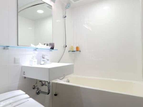 白を基調としたバスルーム/シングル・ダブルルーム