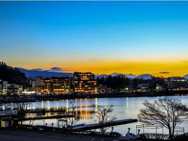 河口湖の夜景。正面左側に見えるのが山岸旅館です。