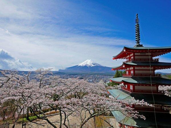 忠霊塔(新倉山浅間神社)へは当館から車で15分