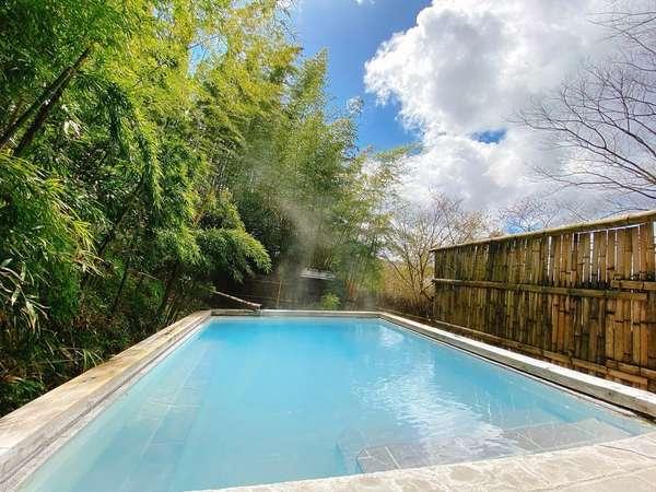 露天風呂「竹林の湯」。竹林の緑と濁り湯の乳白色のコントラストが綺麗です。(貸切無料)