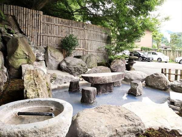 玄関前の足湯には96℃の源泉を利用して温泉卵など作ることができるスペースもございます