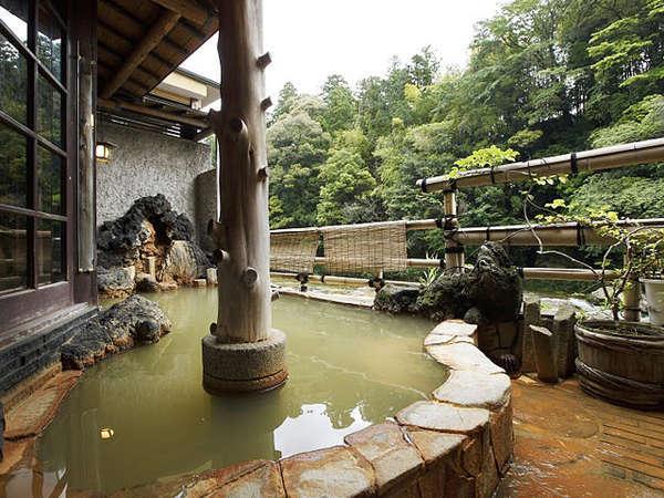 *渓谷を望む露天風呂