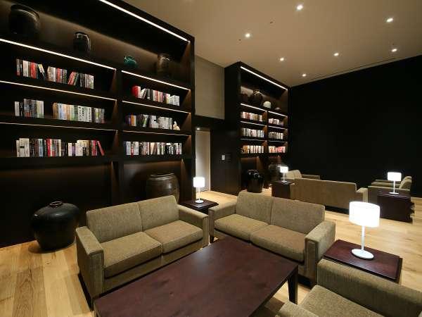 【8階ロビー】天井が高くゆったりとした雰囲気のラウンジ