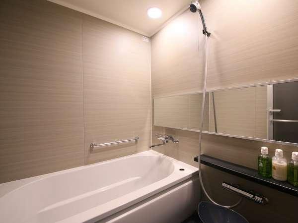 【バスルーム】バス・トイレセパレートタイプの広々お風呂は、男性でものびのびと入ることができます