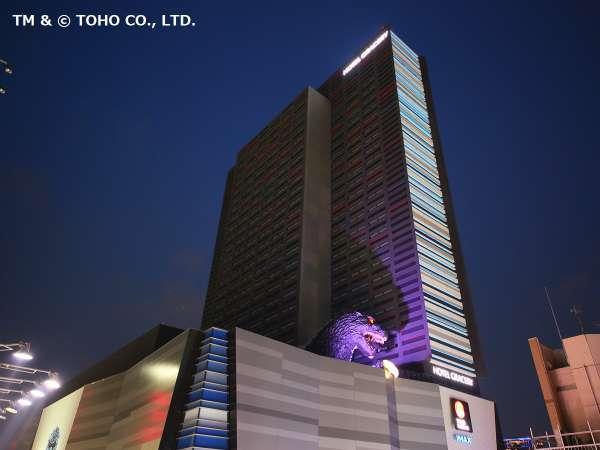 【外観】JR新宿駅東口より徒歩約5分。ゴジラヘッドがあるビルの8階~30階が当ホテルです。