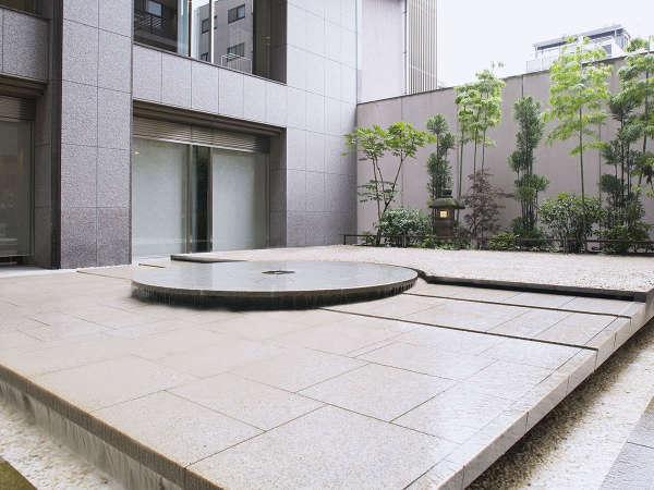 ■中庭(昼):風情を感じられる京都らしい中庭。