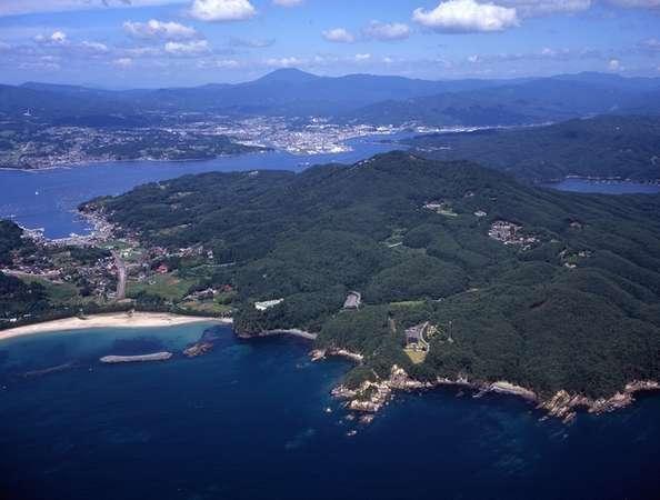 """気仙沼湾に浮かぶ離島気仙沼大島。""""緑の真珠""""と謳われる豊かな自然が自慢です。"""