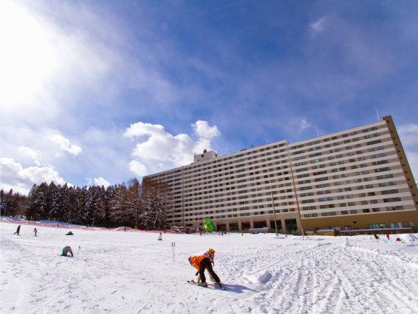 【冬・ホテル外観】ゲレンデ目の前♪そり遊びなどが楽しめる人気のちびっ子向け雪遊び広場もあるよ!