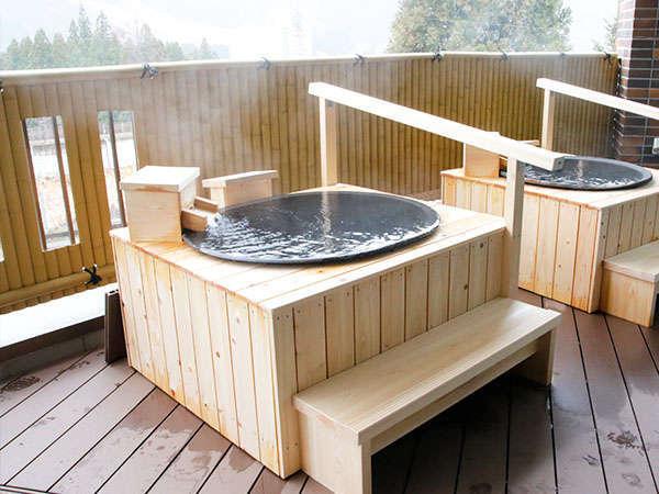 【別館大浴場 壺風呂】贅沢な源泉かけ流しの壺湯。一人だけのゆったりと快適な時間をお楽しみ頂けます。