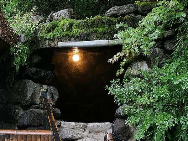 【洞窟風呂(混浴)】茅葺屋根の露天を通り、左手の石段を登ると明かりが。※24時間可(20:00~22:00女性専用)