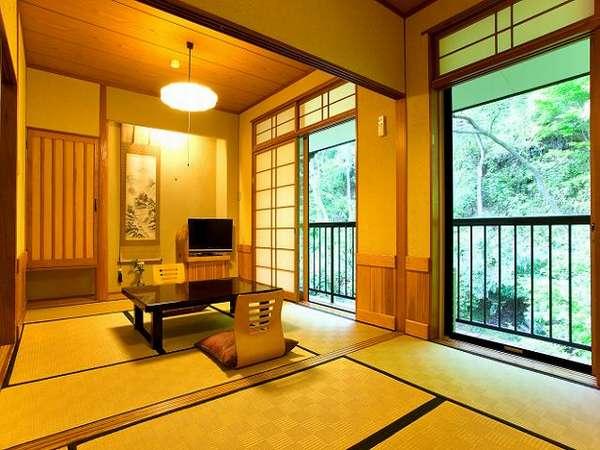【本館山側】山側7室の内、唯一の二間和室(6畳+6畳)。窓の真下には鯉が優雅に泳ぐ池が目に入る。