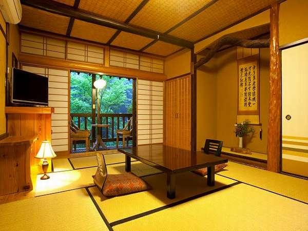 【離れ(竹林別館)】10畳和室。部屋に入ると、テラスが有り、ちょっとお洒落な雰囲気と温かさを感じる。
