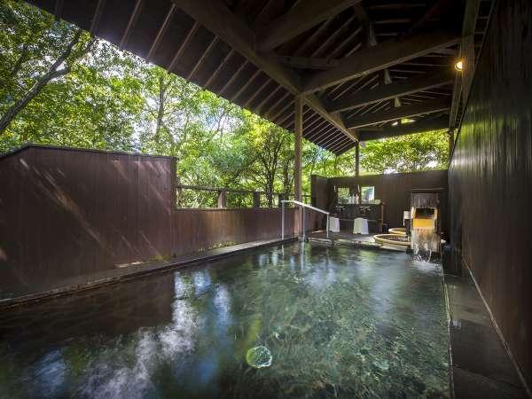【男性露天風呂】開湯1300年の温泉を大自然に囲まれて堪能。