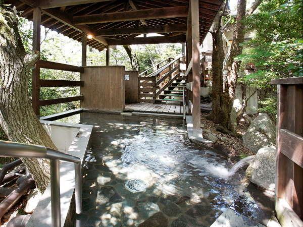 【女性露天風呂】木々に囲まれた空間で入るお風呂はまさに非日常♪