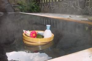 露天風呂に浸かって日本酒を一杯やるセットです