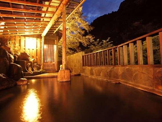 夜は露天風呂を貸し切って使えます。カジカの音も渓流ならではの愉しみ。