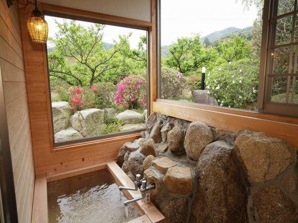 【和楽亭/幸】檜風呂は、窓を開ければ半露天も楽しめます