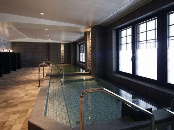【浴室/ブルーリーフ内】天然温泉の浴室にはサウナも完備(営/6:00~24:00※最終受付23:00)