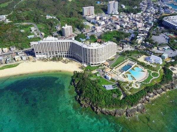 沖縄屈指の美しい天然ビーチ「タイガービーチ」に面して建つ、全室オーシャンビューのリゾートホテル