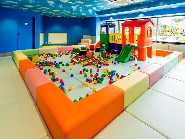 キッズルーム対象年齢2歳~5歳滑り台やお絵かきボードなど雨の日でも元気に遊びまわれるキッズルーム