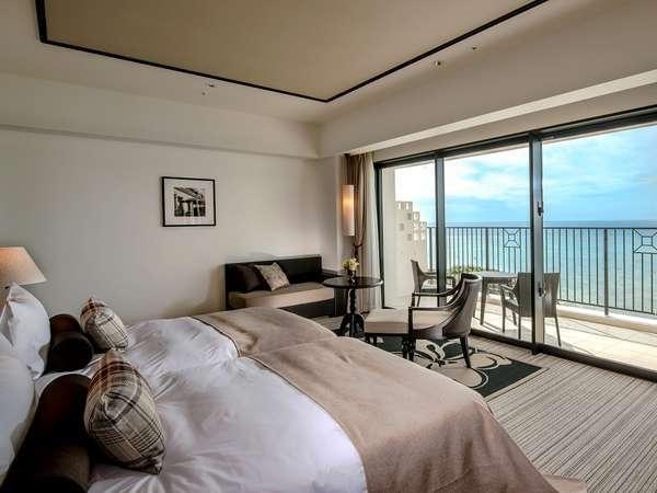 【デラックス】海に向かって配されたベッド、広いバルコニーなどリゾートならではの解放感