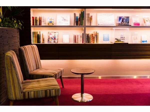 【ロビーライブラリー】ゆったりしたソファーで読書はいかがですか