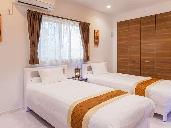【寝室は3つ】ツイン・ツイン・お布団2で合計6名様宿泊可能。三世代やグループ旅行に最適です。