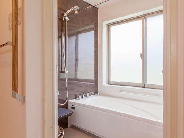 浴室にはアメリカンサイズの大きなバスタブを導入いたしました。ゆったりとご入浴をお愉しみ下さい