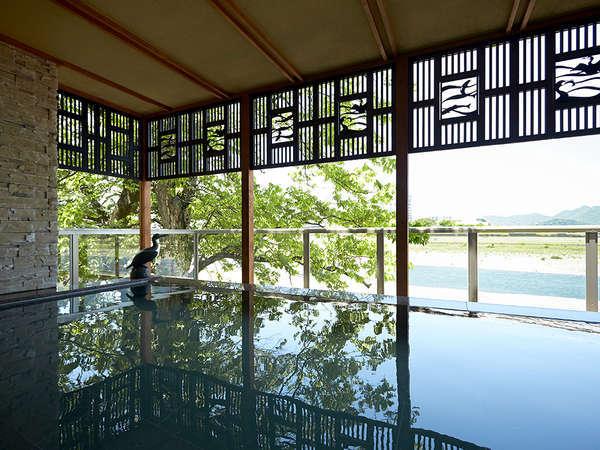 【川の瀬】露天風呂。 随所に配置された鵜飼モチーフ